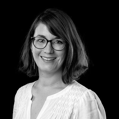 Portrait noir et blanc de Charlotte DU-PELOUX, avocate au barreau de Grenoble