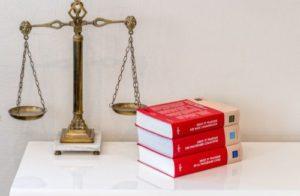 Photo de codes civils et d'une balance de justice