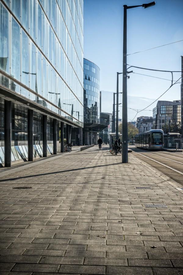 Photo d'Europole, avec le palais de justice sur la gauche, et le tramway sur la droite