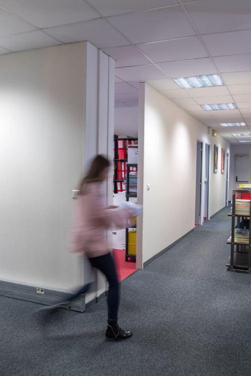 Personne floutée qui marche dans les couloirs du cabinet
