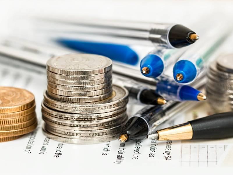 Pièces de monnaies, stylos et papiers administratifs
