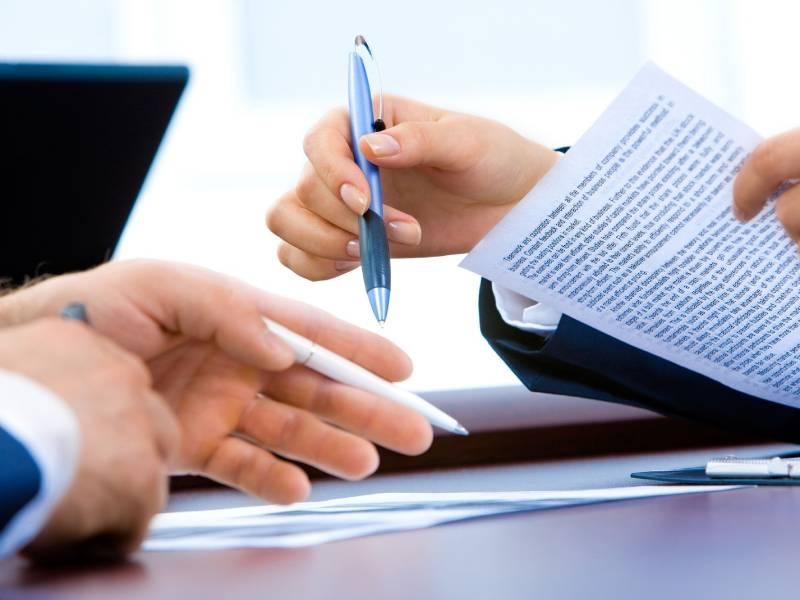 Gros plan sur mains tenant des stylos