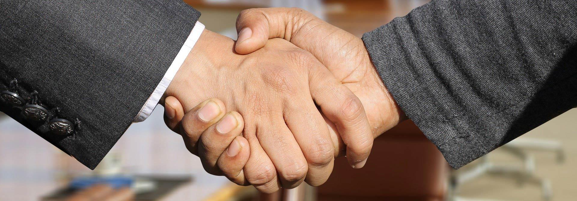 Poignée de main dans une salle de réunion